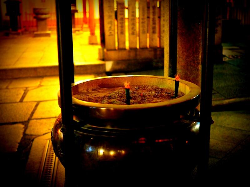 日本の法善寺お線香を立てる Make Hozenji incense sticks in Japan